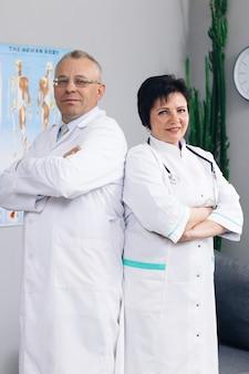 Médicos e enfermeiras olhando para a frente