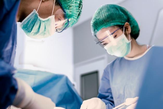 Médicos e enfermeiro fazem cirurgia na sala de operação