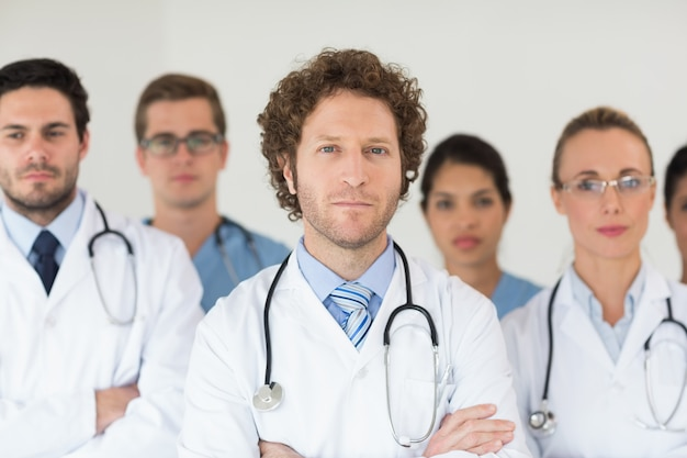 Médicos e enfermeiros confiantes