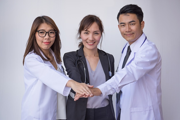 Médicos e enfermeiros coordenam as mãos. trabalho em equipe conceito