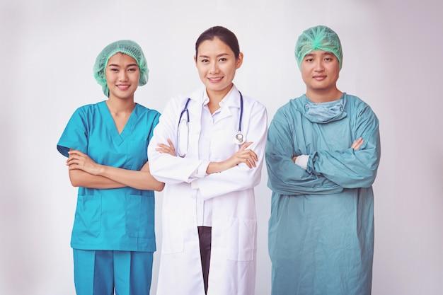 Médicos e enfermeiros de pé profissional