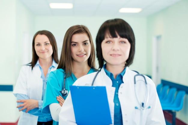 Médicos em fila