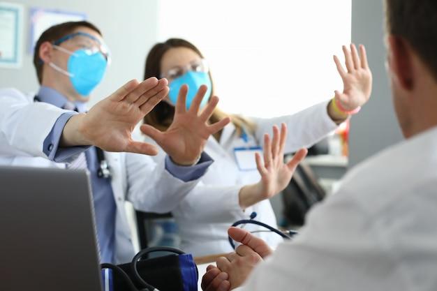 Médicos em máscaras médicas discordam dos colegas
