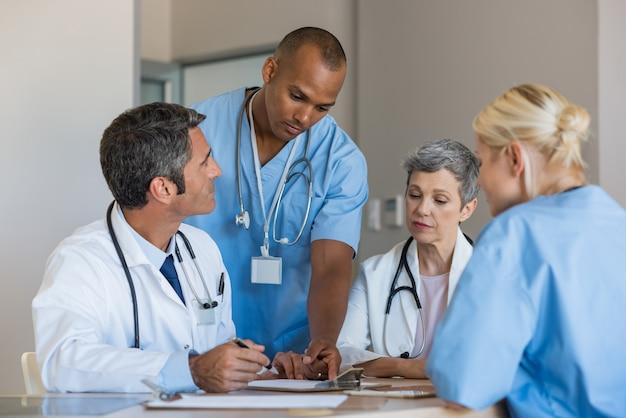 Médicos em uma reunião