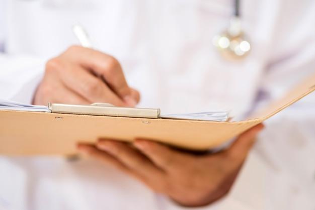 Médicos escrevem prescrições