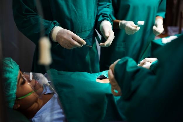 Médicos fazendo uma operação