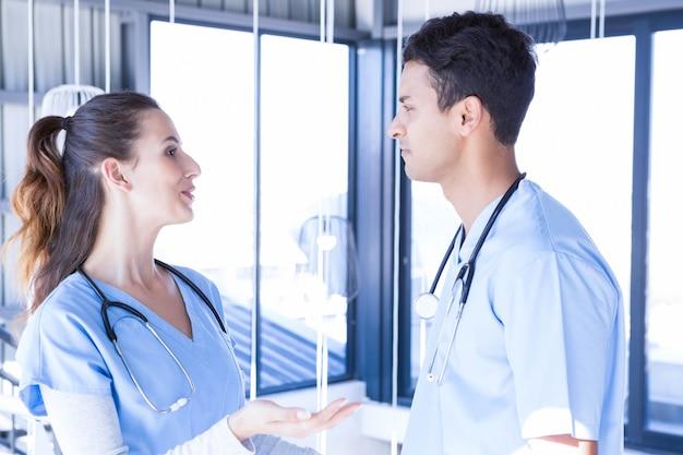 Médicos interagindo entre si no hospital