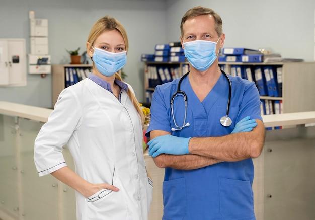 Médicos masculinos e femininos