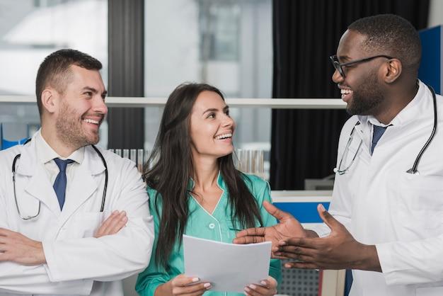 Médicos multiétnicos felizes com documento