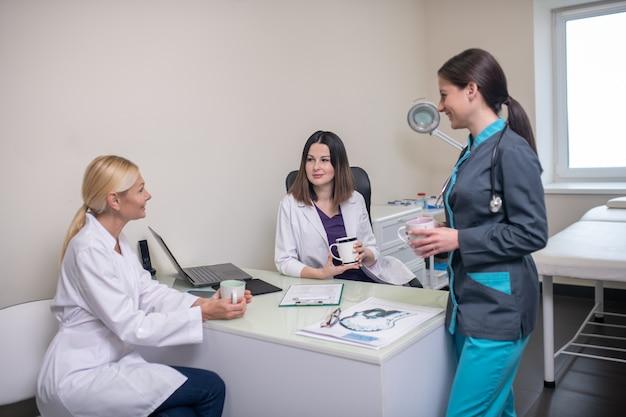 Médicos na clínica neurológica se sentindo bem conversando após o turno