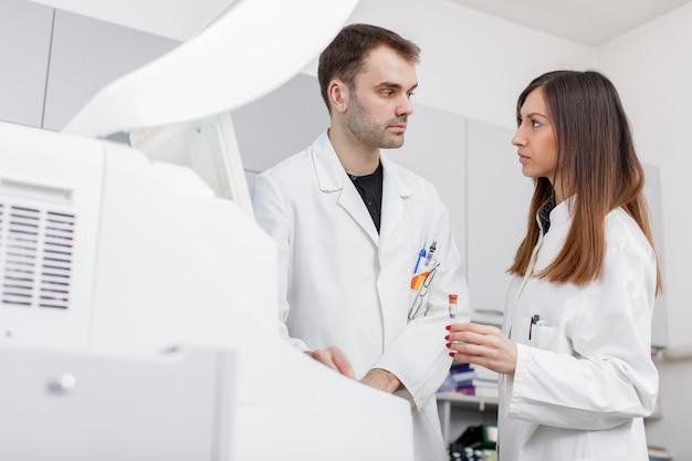 Médicos no moderno laboratório médico