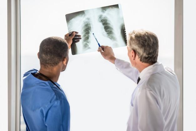 Médicos olhando para um raio-x resulta em hospital.
