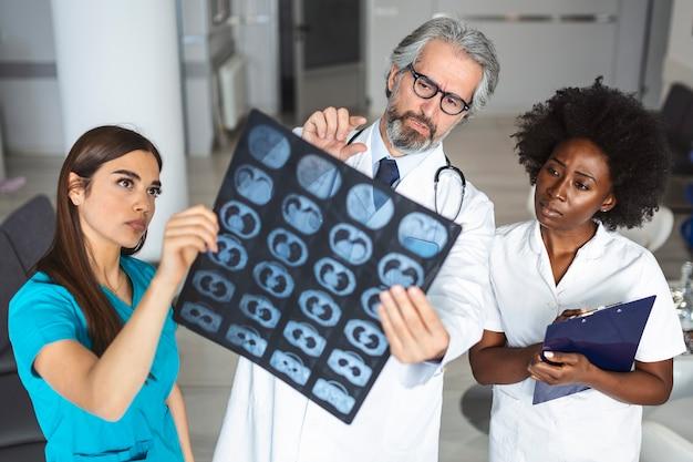 Médicos, pessoal de saúde, observando imagem radiográfica de raios x de pulmões, tomografia computadorizada, ressonância magnética