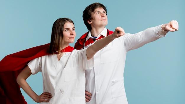 Médicos posando como super-heróis