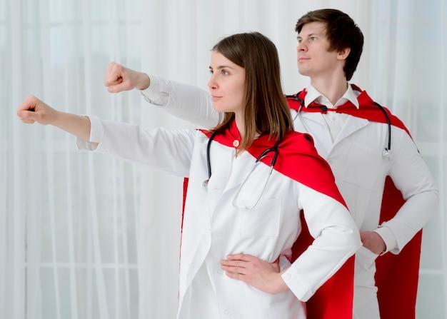 Médicos posando juntos