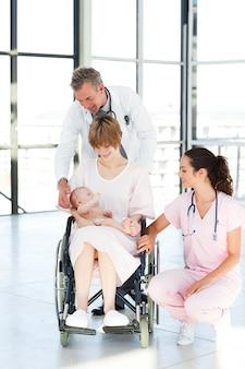 Médicos que ajudam o bebê paciente e recém-nascido