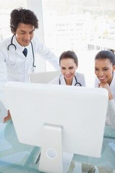 Médicos que trabalham duro revisando notas