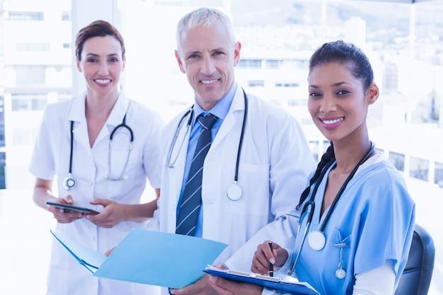 Médicos que trabalham juntos no arquivo de pacientes
