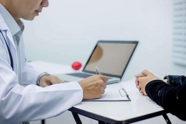 Médicos registram dados do paciente