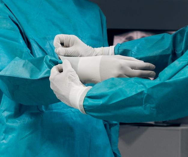 Médicos se preparando para um procedimento cirúrgico
