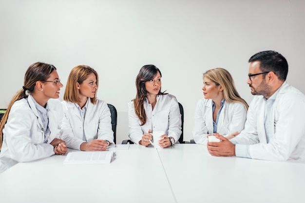 Médicos tendo uma reunião.