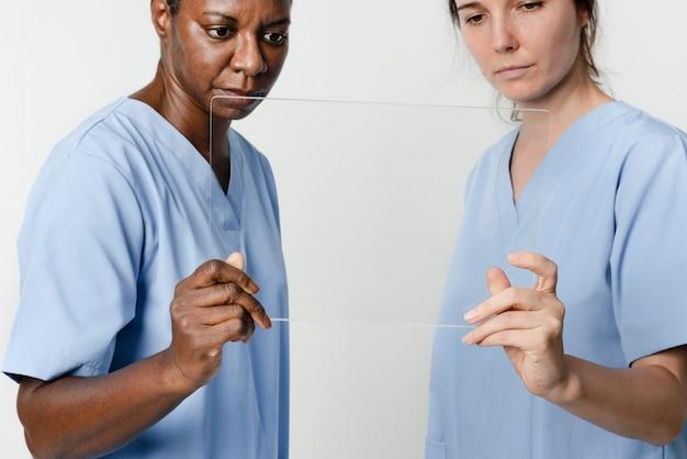 Médicos trabalhando com tecnologia médica transparente