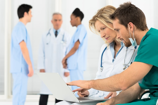 Médicos trabalhando no laptop
