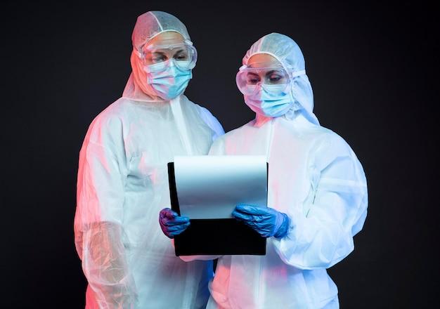 Médicos usando equipamento médico de proteção