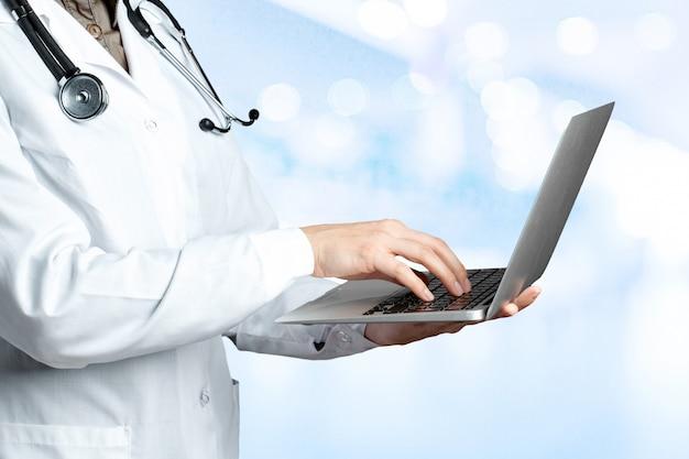 Médicos usando laptop no trabalho