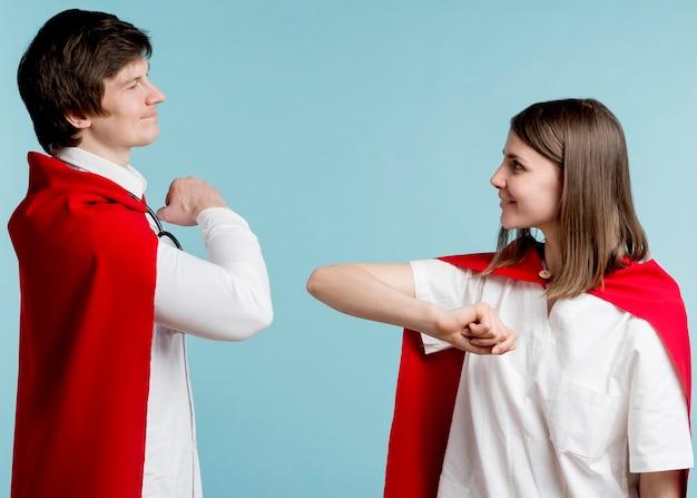 Médicos vestindo capas vermelhas