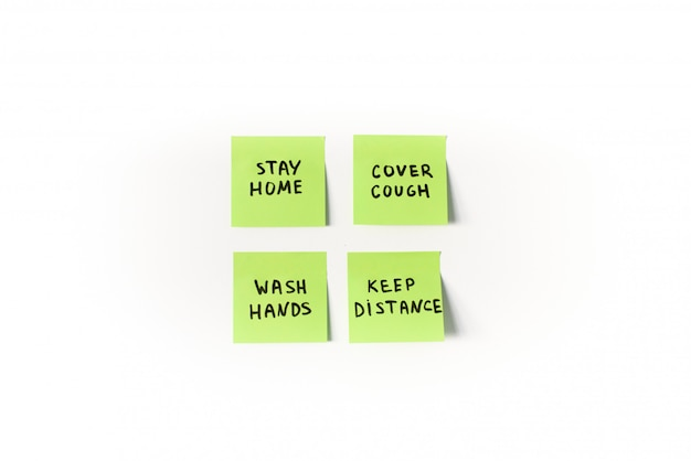 Medidas de prevenção e precauções a serem lembradas em post-its verdes isolados no fundo branco
