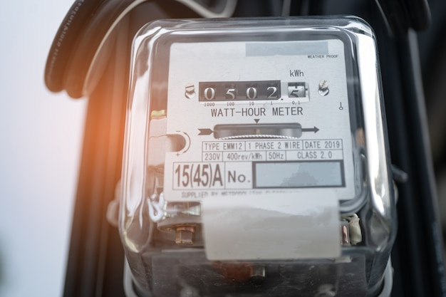 Medidor de energia elétrica para medir o custo de energia em casa e no escritório. Foto Premium