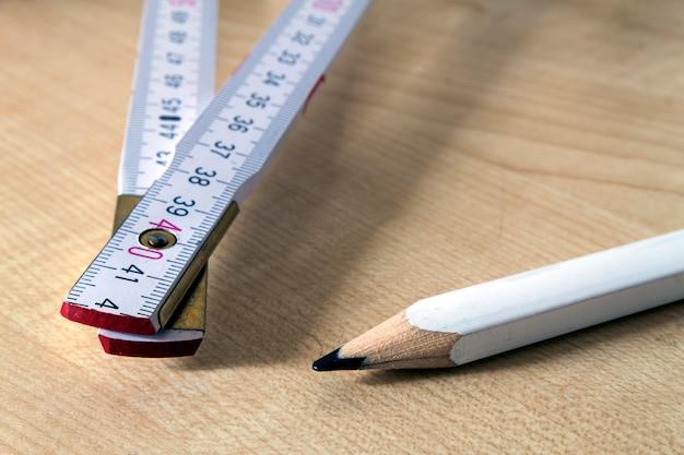 Medidor de fita métrica e lápis