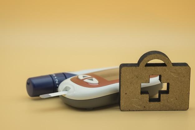 Medidor de glicose com lanceta para verificar o nível de açúcar no sangue diabetes e medicina de madeira