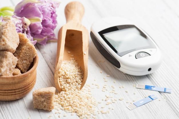 Medidor de glicose, sementes de gergelim e açúcar mascavo