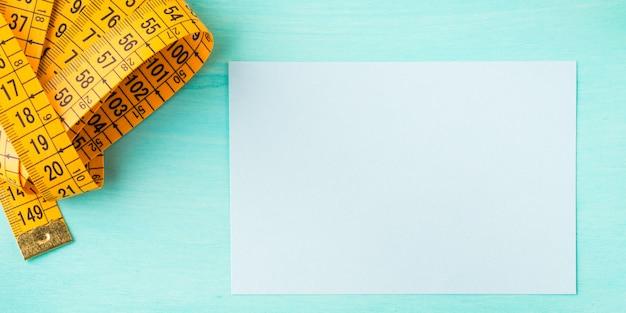 Medidor de medição e cartão vazio em verde pastel