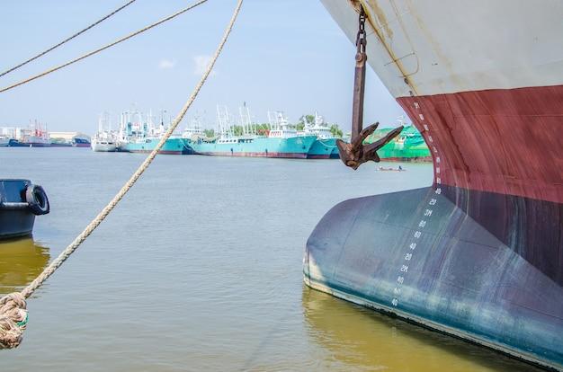 Medidor de nível de água e âncora de um grande barco de pesca estacionado para manutenção