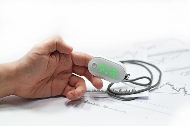 Medidor de oxigênio no sangue no dedo do homem.