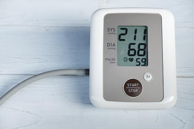 Medidor de pressão arterial mostra hipertensão ou pressão arterial muito alta