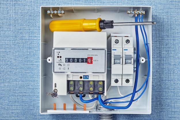 Medidor elétrico elétrico e disjuntores.