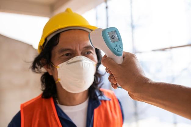 Medindo a temperatura do funcionário