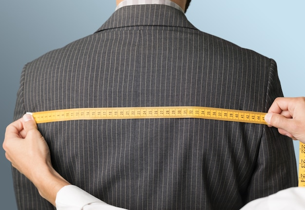 Medindo as costas da jaqueta no fundo
