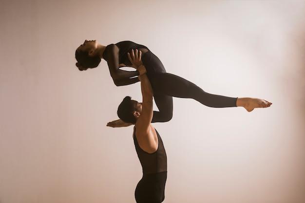 Médio, dançarino tiro, segurando, bailarina
