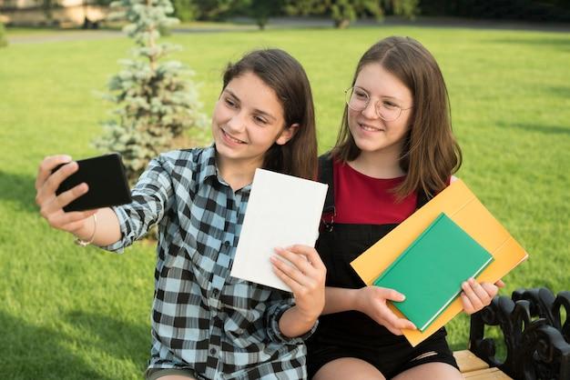 Médio, lateralmente, tiro, de, meninas adolescentes, levando, um, selfie