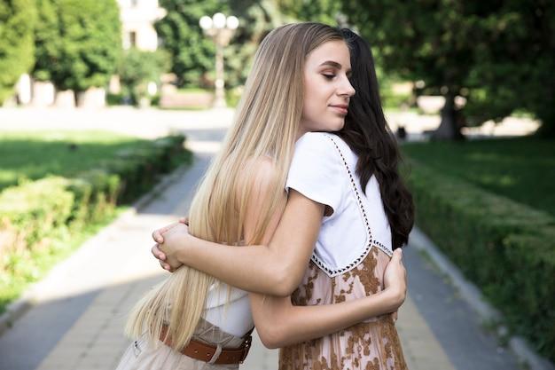 Médio, tiro, amigos, abraçando
