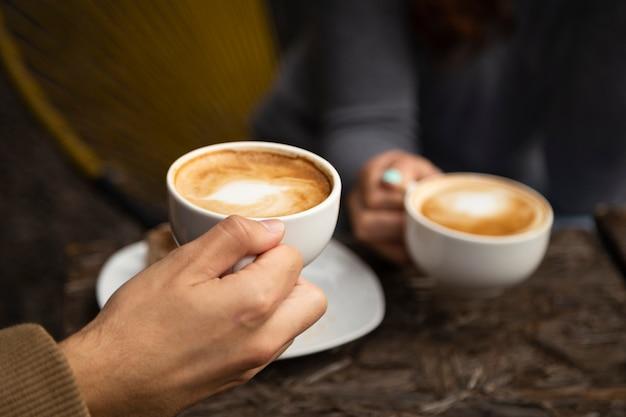 Médio, tiro, amigos, bebendo, café, junto