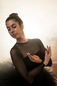 Médio, tiro, bailarina, posar, em, fumaça