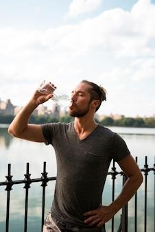 Médio, tiro, corredor, bebendo, água
