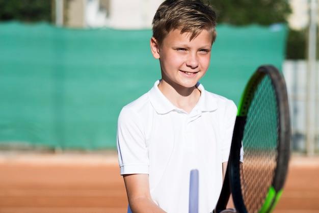 Médio, tiro, criança, jogando tênis