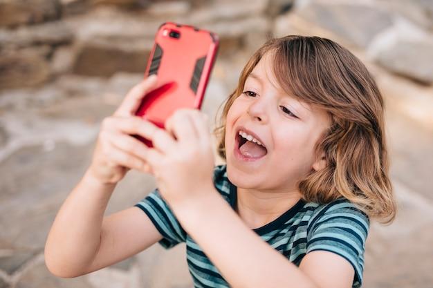 Médio, tiro, criança, tocando, telefone